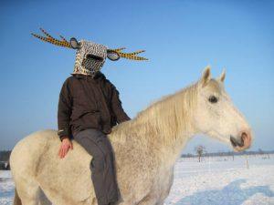 Petrus Akkordeon mit Hirschmaske auf seinem Pferd Norman.